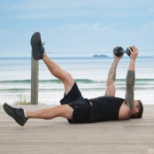 Luke-Zocchi-Dumbbell-Hold-Kick-Beach miniatura
