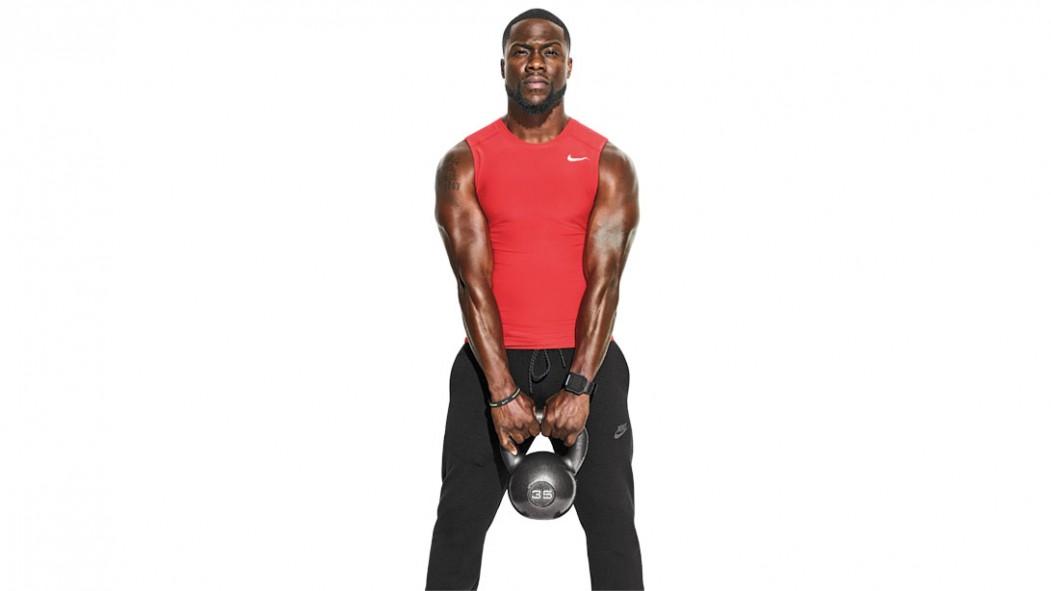 Kevin Hart musculoso sosteniendo una pesa rusa con camisa roja en miniatura