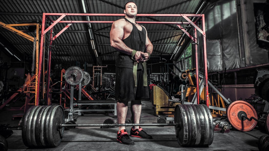 Bodybuilder-Big-Man-Preparing-For-Deadlift-Wrist-Straps-Barbell miniatura
