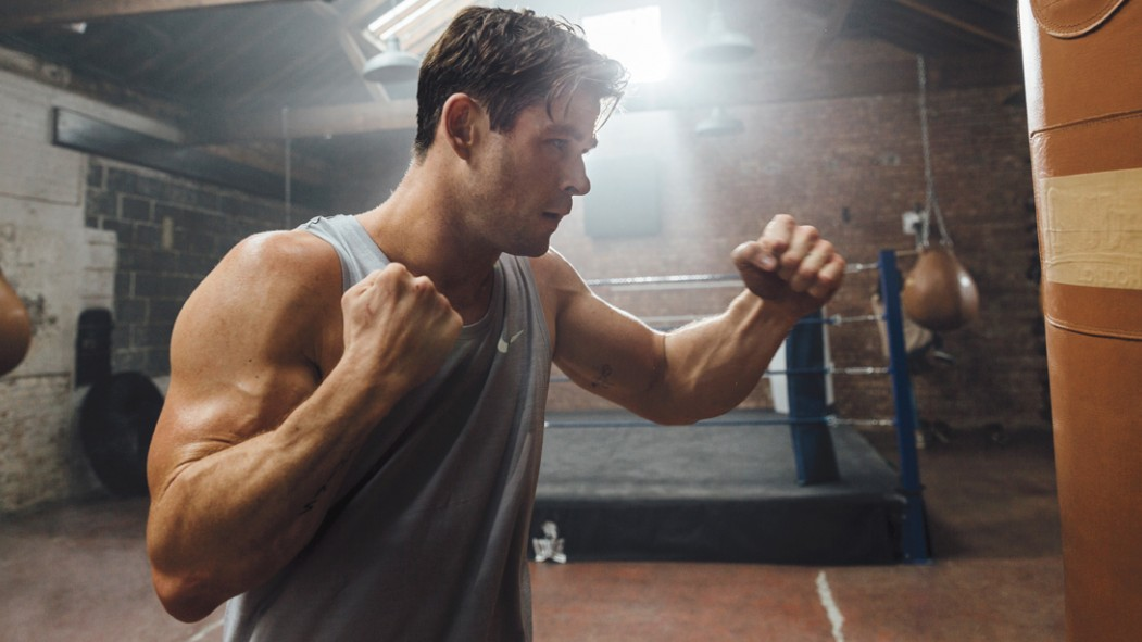 Miniatura de Chris-Hemsworth-Punching-Heavy-Bag