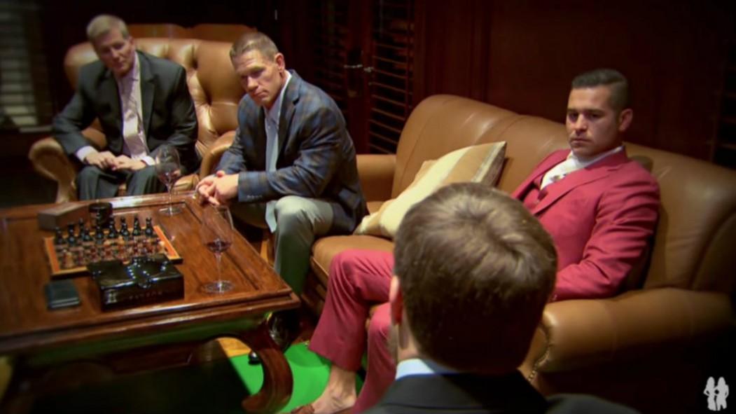 John Cena con amigos en la habitación del caballero miniatura