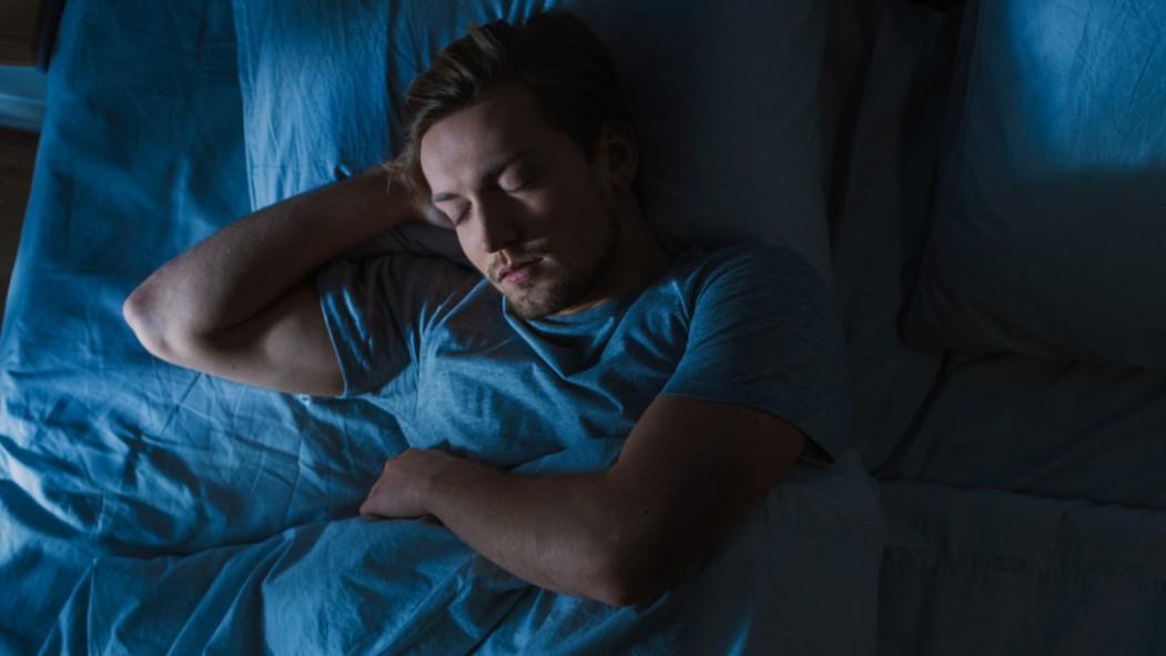 Miniatura de hombre durmiendo en el colchón