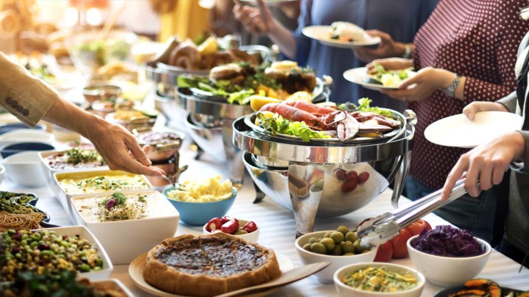 Miniatura de comida para muchas personas en la línea de buffet que sirve comida