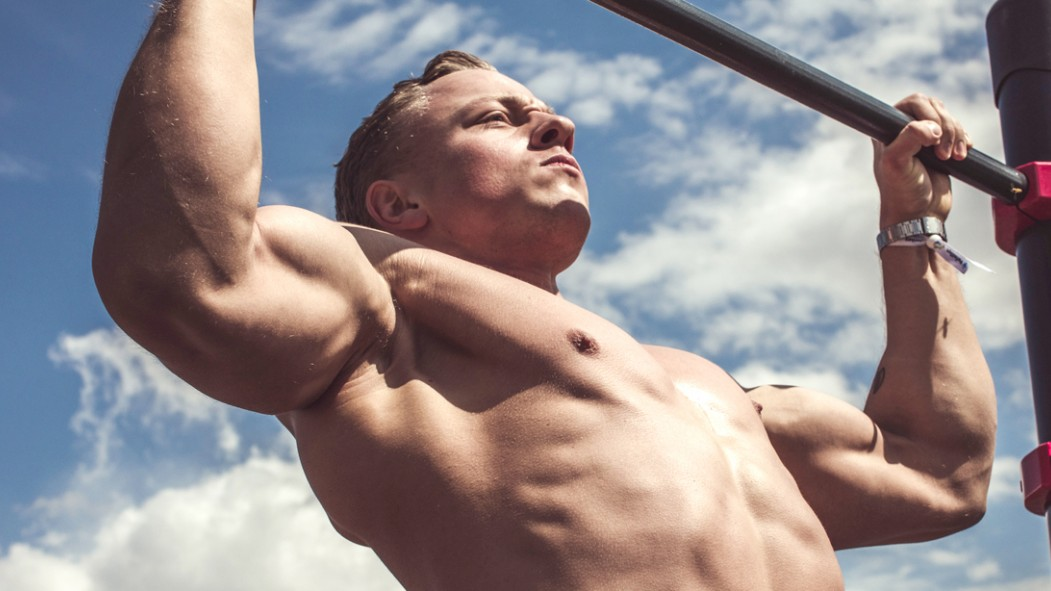 Miniaturas de Muscular-Man-Outdoors-Doing-Pullups