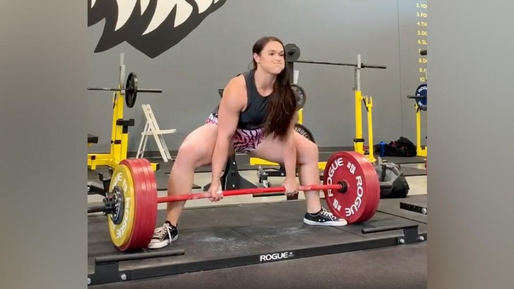 Amanda Lawrence Just Deadlifted 567 Pounds Sans Straps thumbnail