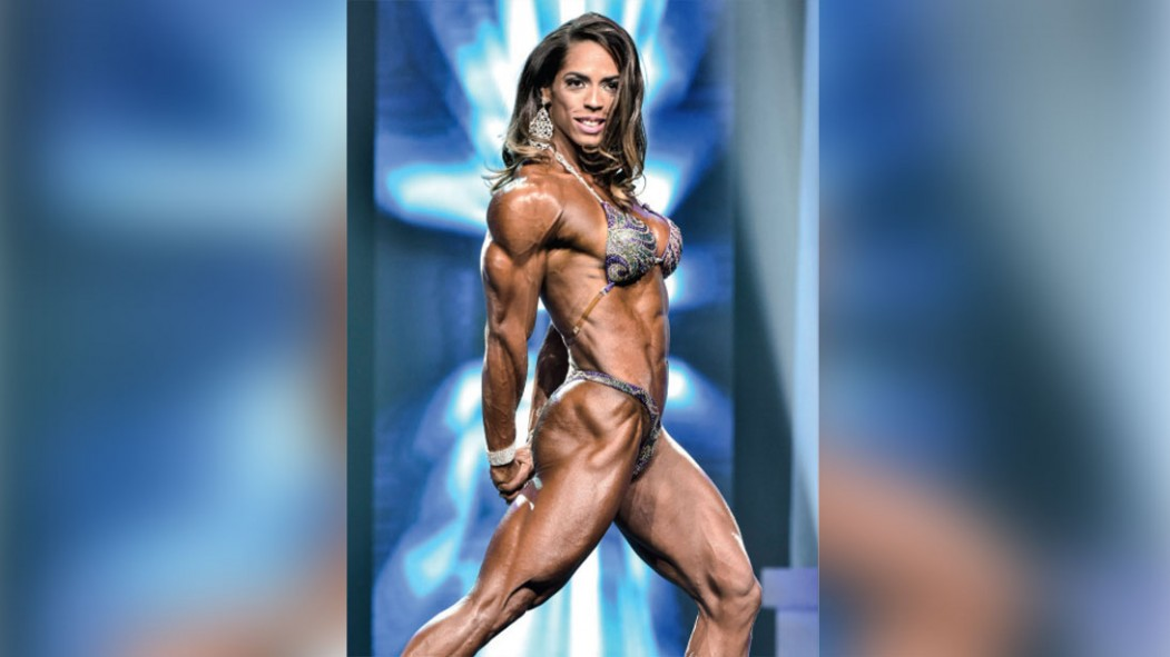 5 Stretching Tips From Women's Physique Competitor Daniely Castilho thumbnail