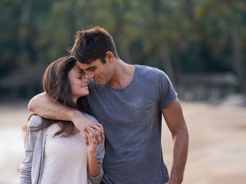 30 Ways To Get The Girl Couple Walking Beach