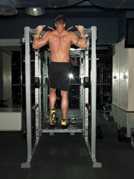 Gym Fix: Graduate to Body-Weight Pullups by Working With Light Assistance