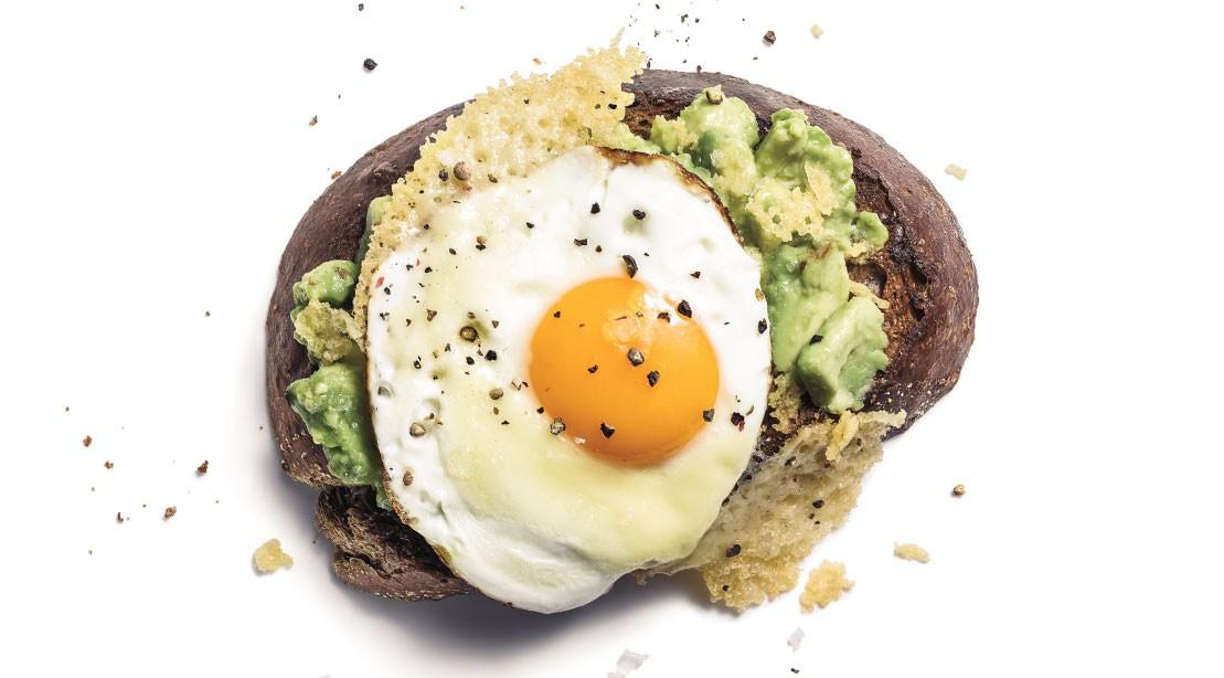 Recette: Comment faire du pain grillé à l'avocat avec des œufs frits et du gruyère