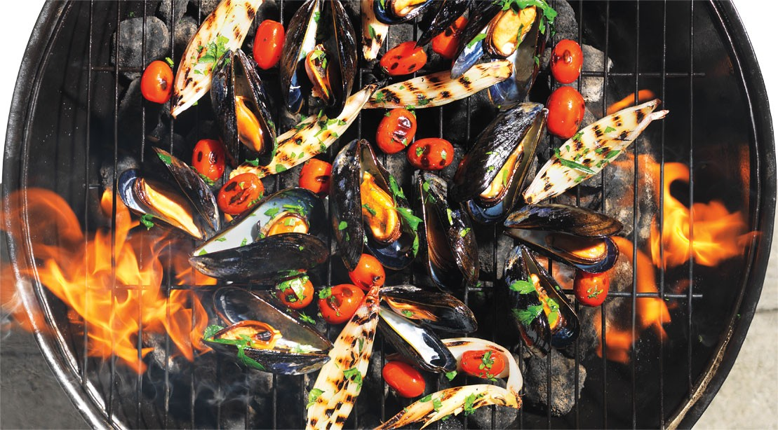 Grilled mussels with tomatoes and shallots