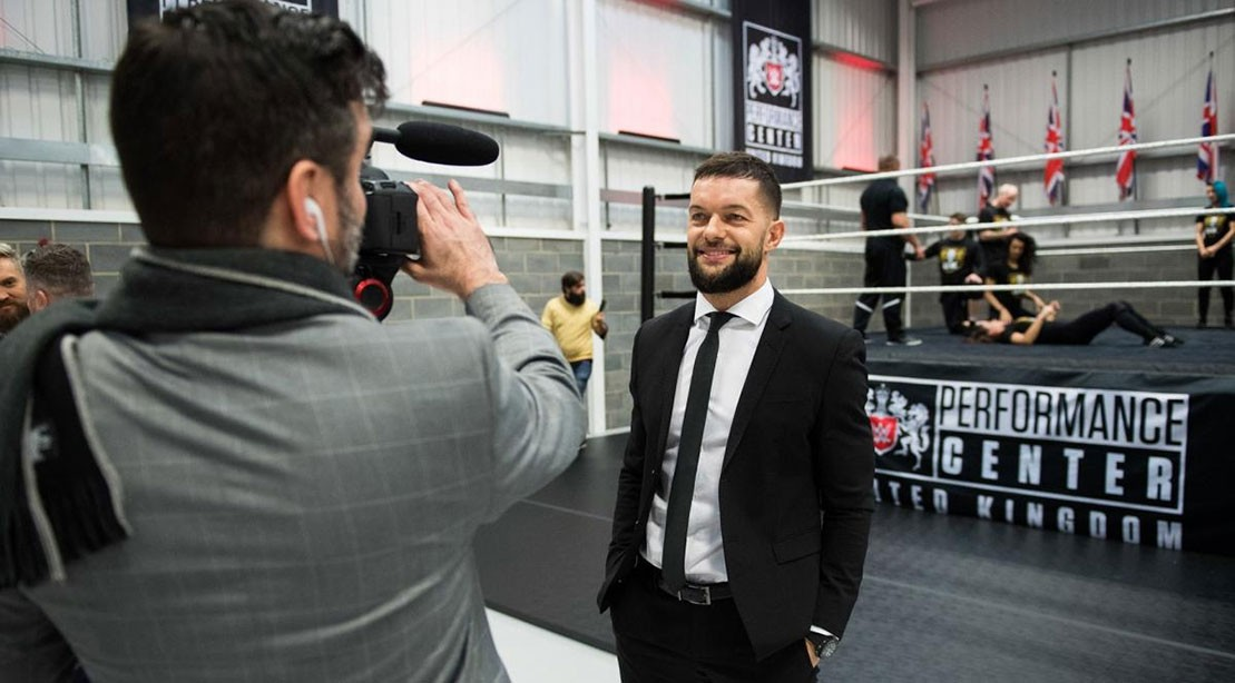 Campeão do WWE UK, Finn Balor, na abertura do London Performance Center