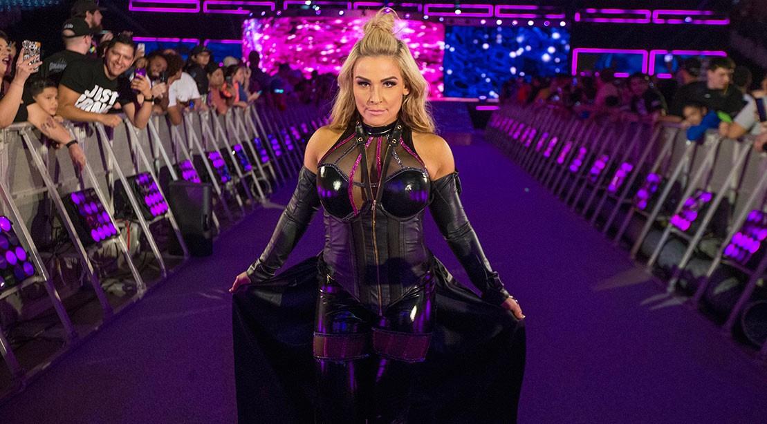 A superestrela do WWE, Natalya Neidhart, caminha até o ringue.