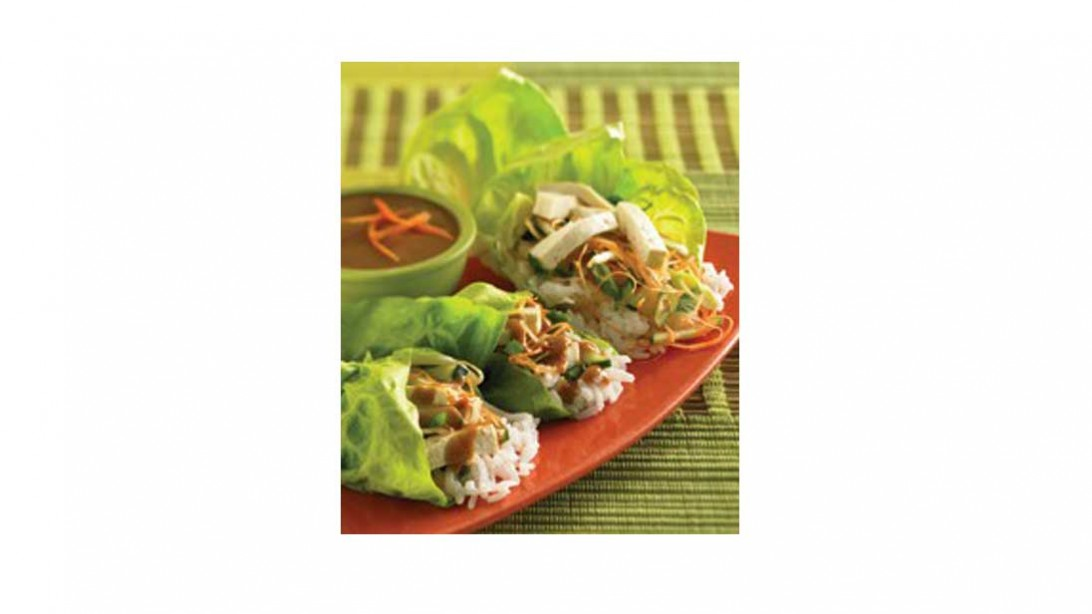 Lettuce rolls with peanut sauce