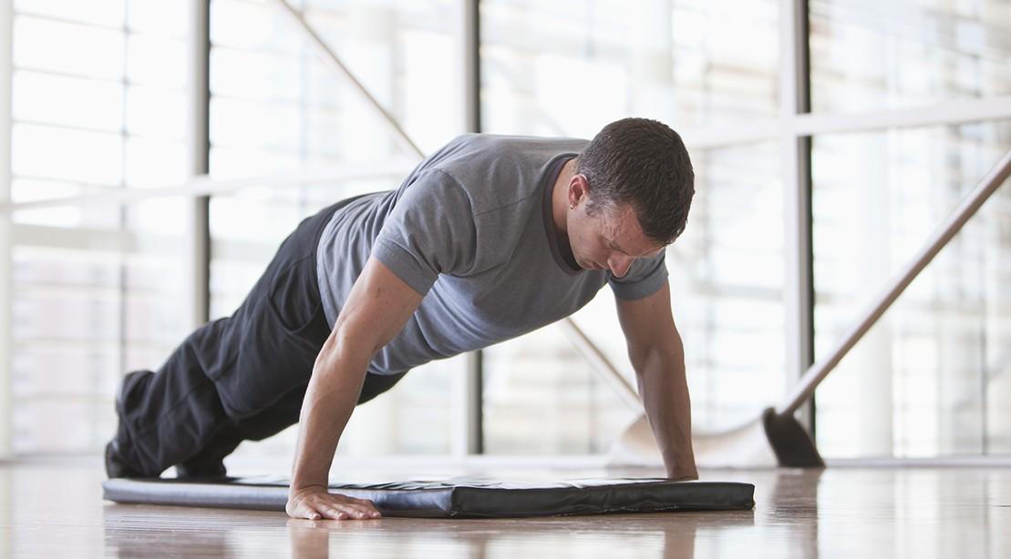 hombre yoga pushup 1109
