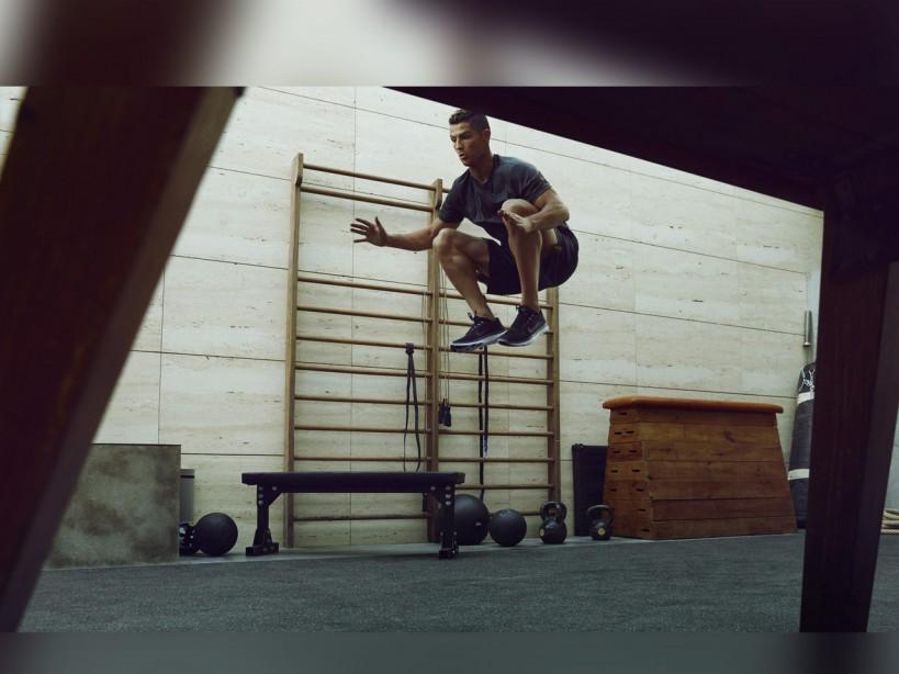 Cristiano Ronaldo doing Jump Tuck