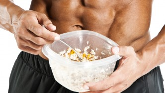 Bodybuilder-Eating-Tupperware