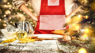 Mujer-en-delantal-cocinar-hornear-comida-temática-navideña