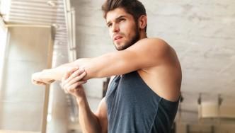 Hombre-estirar-brazo-en-habitación soleada