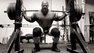 Ronnie-Coleman-Executing-Barbell-Squat-Exercise