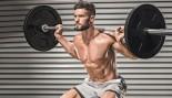 Hombre sin camisa haciendo barra con la espalda en cuclillas miniatura