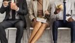 Miniatura de negocios-mujer-entre-hombres-negocios-comiendo-almuerzo