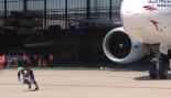 Franz Mullner Pulls a Boeing 777 thumbnail