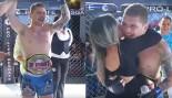 Mire: El miembro de la audiencia de MMA salta de la multitud y entra al ring para ganar un cinturón de campeonato thumbnail