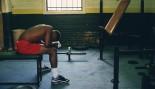 hombre cansado en el gimnasio miniatura