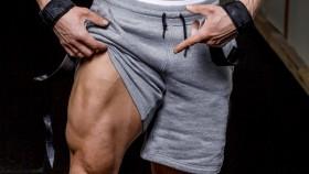 Miniatura de primer plano del hombre mostrando el músculo cuádruple