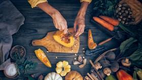 Miniatura de cocinar con ingredientes de otoño en la mesa de madera