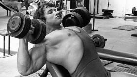 Miniatura del entrenamiento para el pecho y la espalda del Sr. Olympia de 1974 de Arnold