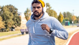 Miniatura de Guy-Running-Track-Headphones