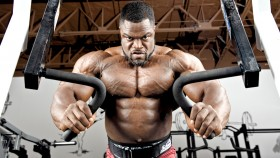 Intense-Brandon-Curry-Mr-Olympia-Performing-Machine-Press-Exercise miniatura