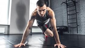 Miniatura de flexión de rodilla con flexiones masculinas con barba