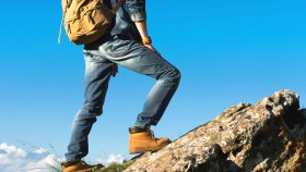 Man-In-Work-Boots-And-Jeans-Hiking miniatura