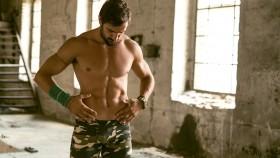 Miniatura del músculo del hombre mirando su propio abdomen