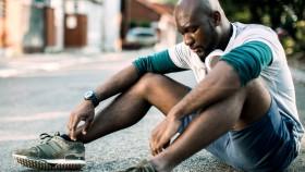 Miniatura de hombre sentado cansado en las calles