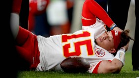 How Bad of an Injury Is Patrick Mahomes' Dislocated Kneecap? thumbnail