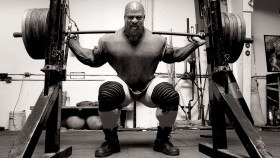 Ronnie-Coleman-Executing-Barbell-Squat-Exercise thumbnail