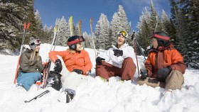 Skiier-Friends-Hanging-Out-In-Snow-Mountain miniatura
