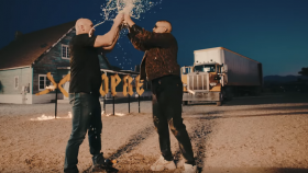 Stone Cold Steve Austin entrega una cerveza Stunner y Chugs en Bad Bunny Music Video thumbnail