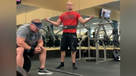 Gym-Goer Silently Protests Against Powerlifter's Chalk Use thumbnail