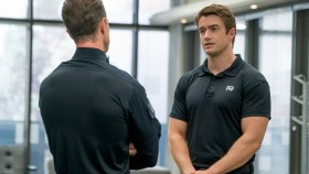 iZombie Star Robert Buckley Talks Training, Gym Tunes, and Lucky Flip-Flops thumbnail