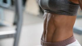 Ajustar mujer con abdominales miniatura