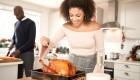 Pareja-Preparando-Turquía-Cena-Mujer-Basting-Turquía